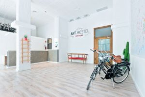 Sem luxos, juntos no Hostel em Barcelona